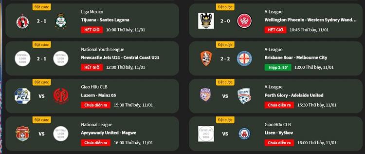 Người xem có thể theo dõi mọi trận đấu bóng qua các thiết bị điện tử kết nối internet