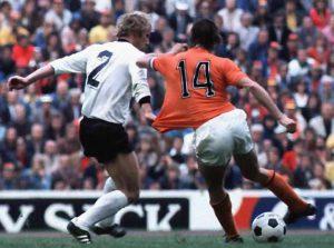 Kỹ thuật bóng đá Cruyff Turn được Johan Cruyff thực hiện hoàn hảo