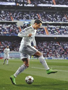 Ronaldo thực hiện kỹ thuật đá bóng Step Over